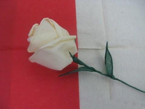 Роза из салфеток легко делается в домашних условиях