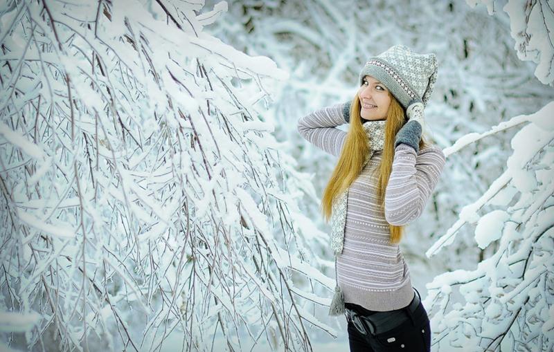 Фото девушка в зимнем лесу нельзя